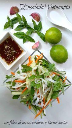Una receta sencilla y vegetariana para la ensalada vietnamita de fideos de arroz. Con una mezcla de verduras crujientes y sabores frescas de lima y hierbas, es la ensalada perfecta para desfrutar en verano.