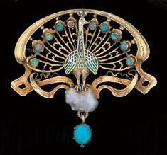 KARL ROTHMÜLLER (1860-1930)  Peacock Brooch. Gilded silver, Enamel, Opal, Pearl. German, c.1900. (hva)                                                                                                                                                                                 Mehr