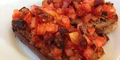 De færdige bruschettas, serveringsklar med fyld af chorizo og saftig tomat.