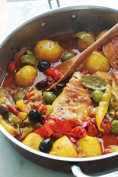 Chicken with peppers, potatoes, onions, olives, easy recipe - Salty - Poulet Raw Food Recipes, Meat Recipes, Slow Cooker Recipes, Vegetarian Recipes, Chicken Recipes, Cooking Recipes, Healthy Recipes, Recipe Chicken, Healthy Diners