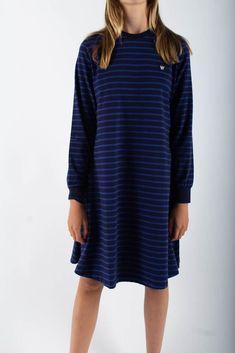 Stribet Isa Dress i Navy/Blue fra Wood Wood. Den er lavet i 100% blødt økologisk bomuld. Kjolen har larme ærmer, en fin a-form og et broderet Wood Wood logo på brystet. Et let og lækker kjole, som kan bruges til både jeans eller et par tights indenunder. Navy Blue Dresses, Shirt Dress, T Shirt, Blue Stripes, Dresser, Cold Shoulder Dress, Wood, Collection, Fashion
