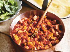Tofugulasch mit Polenta und Spinatsalat