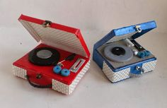 mi pequeña evasión: Día tutorial for making a record player - Spanish All The Small Things, Mini Things, Diy Dollhouse, Dollhouse Miniatures, Hearly Quinn, Harry Potter Food, Radios, Naughty Elf, Barbie Accessories