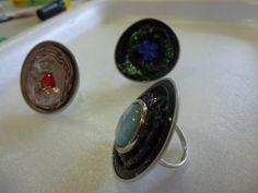 Voici le cadeau que nous (Tps, Ps, Ms et Gs) avons fait pour les mamans. De beaux bijoux réalisés à partir de capsule Nespresso....eh oui, l'inspiration vient de ce blog !!!!!! Il s'agit de pendentifs et de bagues décorées de paillettes, de boutons, de...