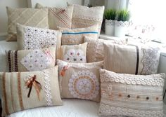 El dokuması kumaş üzerine özel üretim yastıklar. Handmade decorative couch pillows .