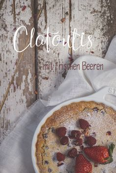 Clafoutis mit Beeren - ich machs mir einfach - mit reichlich Eiern, Mandeln, Milch und Sahne - http://photolixieous.com/buchrezension-und-rezept-fuer-clafoutis-mit-frischen-beeren/