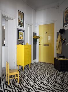 Scandinavian apartment with vintage touches Bedroom Black, Retro Interior, House Decor Modern, Vintage Apartment, Home, Yellow Interior, Interior, Trendy Living Rooms, Vintage Living Room