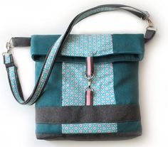 Nähanleitung mit Schnittmuster 'Kuriertasche Little Lilou' With this tutorial you can sew your own custom messenger bag – sewing instructions via Makerist. Knit Basket, Diy Tote Bag, Patchwork Bags, Fabric Bags, Beautiful Bags, My Bags, Bag Making, Diaper Bag, Messenger Bag
