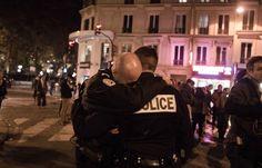 14 novembre 2015, deux policiers en larmes rue de la Fontaine au Roi. - Benjamin Filarski/hanslucas.com
