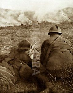 WWI, French soldiers firing a machine gun