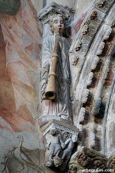 Pórtico Catedral de Ourense.Ángel anunciando el Juicio Final