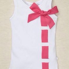 tshirt diy Very quick. Could change the cokor of the ribbon wuth the season, would look as good in back as front. Could use fabric glue , sew or just hide a safety oin (besure to bend closed for a child) Diy Clothing, Sewing Clothes, Doll Clothes, Clothes Refashion, Shirt Refashion, Shirt Makeover, Do It Yourself Mode, T Shirt Diy, Tee Shirts