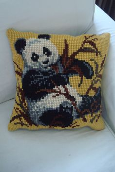 panda! met als achterkant een grijs rokje. helaas kleiner stuk, dus pandakussen is iets kleiner dan rozenkussen...