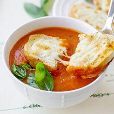Zupa pomidorowa krem z grzankami serowymi. Zupa z pomidorów z bazylią z dodatkiem grzanek z ciągnącym się serem mozzarella. Soup Recipes, Cake Recipes, Thai Red Curry, Food And Drink, Mozzarella, Menu, Tasty, Lunch, Ethnic Recipes