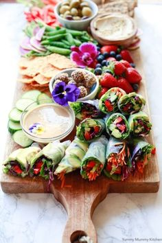 Rolls Colorful fresh homemade spring rolls served with peanut sauce are perfect on a party platter, for lunch, or a light dinner.Colorful fresh homemade spring rolls served with peanut sauce are perfect on a party platter, for lunch, or a light dinner. Homemade Spring Rolls, Vegan Spring Rolls, Summer Rolls, Vegetarian Spring Rolls, Fresh Spring Rolls, Fresh Rolls, Buffet Vegan, Vegan Dishes, Rice Paper Spring Rolls