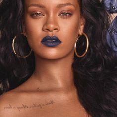 Maquiagem maravilhosa da Rihanna com muito brilho e batom colorido. Rihanna`s stunning shinny makeup with a colorful lipstick. Rihanna Fenty Beauty, Rihanna Makeup, Rihanna Riri, Rihanna Style, Rihanna Lipstick, Rihanna Fashion, 90s Fashion, Fashion Photo, Sephora