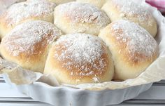 BAKA FRALLOR I PAJFORM Ett brytbröd som blir oerhört saftigt när frallorna jäser ihop med varandra. Bryt en fralla från ditt bröd och njut av det saftiga, Danish Food, Hamburger, Bakery, Bread, Meals, Hand Fans, Meal, Brot, Hand Fan