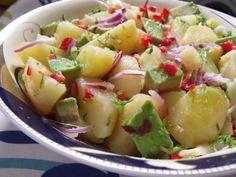 Ízletes és finom saláta, önmagában is remek, de húsok mellé is fogyaszthatjuk. Hozzávalók: 50 dkg újburgonya 2 avokádó 1 lila hagyma 1 kaliforniai paprika 1 csokor petrezselyemzöld 5 evőkanál olívaolaj 2 gerezd fokhagyma 2 evőkanál... Fruit Salad, Potato Salad, Potatoes, Ethnic Recipes, Food, Salads, Red Peppers, Fruit Salads, Eten