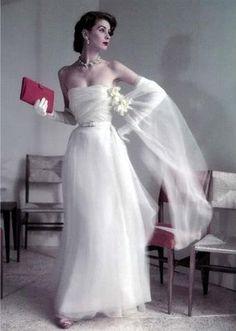 Sırf Christian Dior'un 1954 koleksiyonundan bu şahane elbiseyi giymek için bile zamanda yolculuk yapmaya gönüllü olabiliriz