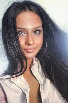 Green eyes, long hair, brunette @mamabuildsthenew