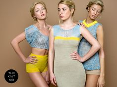 Strickkleid aus sandfarbenen Merino-/Baumwoll-/Acrylgarn, gelbem Kaschmir-garn und hellblauem Baumwoll-/Acrylgarn. Das Kleid passt sich durch eine...