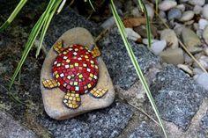 Gartendekoration Stein Schildkröte rot Mosaik von Meine kleine kunterbunte Welt - abstrakte Acrylbilder und Gartendekoration aus Mosaik auf DaWanda.com