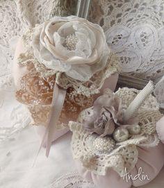 Srdíčko ve stylu Shabby chic Závěsná dekorace v barvách růžové, krémové,smetanové a bílé. Zdobení růčně tvořená růžička, krajky štrasová spona. Průměr 11 cm