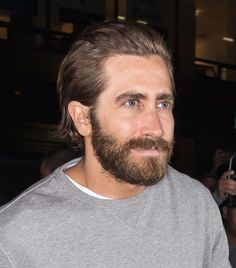 Jake Gyllenhaal Really Doesn't Give A F**k About 'Fashion Week' Mens Mid Length Hairstyles, Jake Gyllenhaal Haircut, Hair And Beard Styles, Long Hair Styles, Haircuts For Men, Men's Haircuts, Men's Hairstyles, Medium Length Hair Men, Long Hair Beard