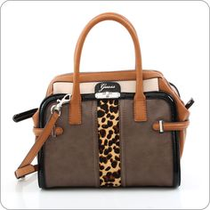 Tasya von Guess zeigt, wie Taschen heute sind. Eine avantgardistische Kollektion mit dem luxuriösen Guess Gefühl. Gelungene Kombination verschiedener Leder-Optiken mit Leopard.