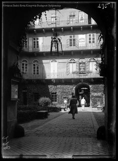 Budapest, 1930. Petőfi Sándor utca 3. Trattner-Károlyi-ház Kinszki Imre Old Pictures, Old Photos, Vintage Photos, Budapest Hungary, Historical Photos, Big Ben, Arch, Black And White, History