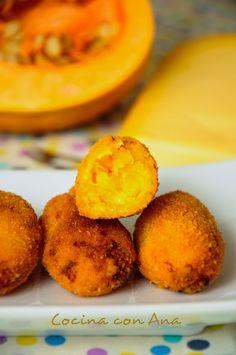 CROQUETAS DE CALABAZA:550 gr. de calabaza limpia 2 dientes de ajo 1 cebolla tierna 150 gr. de queso parmesano rallado pimienta negra y sal pan rallado 1 huevo aceite de oliva virgen extra