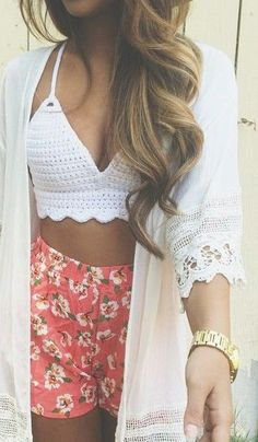 Women look, Fashion and Style Idea. Cute floral shorts with woven crop top. Perfect outfit for summer! Boho Summer Outfits, Chic Outfits, Spring Summer Fashion, Spring Outfits, Fashion Outfits, Womens Fashion, Summer Fashions, Teen Beach Outfit, Summer Crop Top Outfits