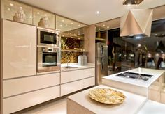 """Cozinha com Laca Branca, madeira e vidro reflecta bronze. Detalhe para os spots iluminando dentro dos armários com o vidro bronze! LINDO! Minha cozinha """"musa inspiradora"""""""