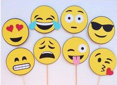 Best Ideas For Birthday Party Emoji Diy Smiley Faces Party Emoji, Emoji Photo Booth, Photo Booth Props, Party Queen, Diy Décoration, Diy Birthday, Balloon Decorations, Party Favors, Party Hats