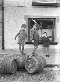 "Previous pinner: ""This picture is over the moon fabulous. Happy Irish kids in the (credit: Irish Photo Archive)"". Vintage Children Photos, Vintage Pictures, Old Pictures, Old Photos, Vintage Kids, 50s Vintage, Bar Deco, Photo Archive, Vintage Photographs"