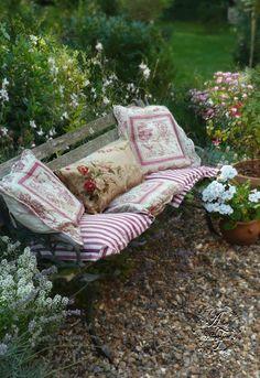 Mod Vintage Life: Metal Garden Furniture
