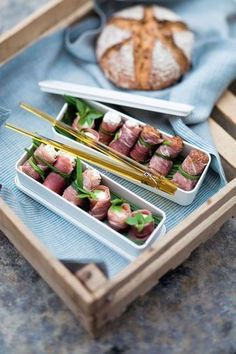 Rolls of ham with fresh cheese and basil - - Finger Food Appetizers, Yummy Appetizers, Tapas, Food In French, Fingers Food, Salty Foods, Food Plating, Asian Recipes, Carne