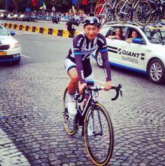 2014 27/7 rit 21 Paris/Champs-Élysées > Giant-Shimano: Ji Cheng (27 ans), 164e et 'lanterne rouge' du classement général à 6 heures 2 minutes 24 secondes sur Vincenzo Nibali, le premier Chinois à courir et finir Le Tour de France