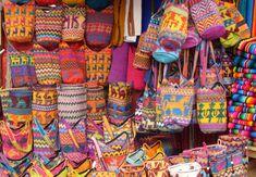Estos son artesanías. Es a partir de México. Estos son bolsos con diseños. Es muy colorido y bonito.
