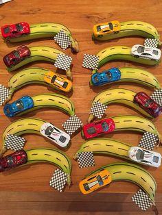 Traktatie jongen, banaan race auto, finish vlag, snelweg.  treat Banana, race ca...