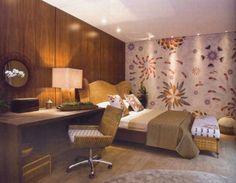 Decorando quarto de casal com papel de parede para quarto de casal Agora se você deseje criar um ambiente mais tranquilo e sereno das dicas é usar papeis de parede que sejam claros e com desenhos pequenos, e investir em cores que sejam neutras, como lilás, rosa chá,bege, enfim cores que tragam sobriedade ao local