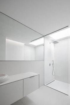 Casa na Beloura, Sintra : Casas de banho minimalistas por Estúdio Urbano Arquitectos Bathroom Spa, White Bathroom, Small Bathroom, Minimalist Baths, Minimalist Interior, Toilet Design, Bath Design, Minimal Bathroom, Modern Bathroom