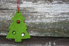 Árbol de Navidad de fieltro con bolitas