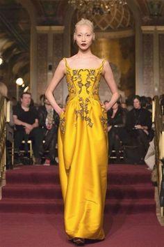 Con este vestido de Zac Posen, ya no serás supersticiosa al amarillo