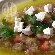 Melitzanosalata agioritiki (Griechischer Auberginensalat) - In Griechenland gibt es viele verschiedene Variationen von Auberginensalat. Dieses Rezept kommt von der nordgriechischen Halbinsel Chalkidiki und wird deswegen 'agioritiki' nach dem Heiligen Berg Athos (Ágion Óros) genannt. Die Aubergine wird gegrillt, was ihr einen rauchigen Geschmack gibt. @ de.allrecipes.com
