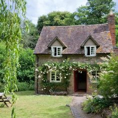 Image shared by zm. Find images and videos about nature, house and architecture on We Heart It - the app to get lost in what you love. Garden Cottage, Cozy Cottage, Cottage Homes, Beautiful Homes, Beautiful Places, English Country Cottages, Ivy House, Cottage Exterior, Cabins And Cottages