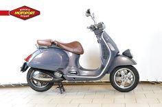 VESPA - GTV 250 i - Deze Vespa GTV250 is een bijzonder verschijning! Met een mooi kalfslederen zadel en windscherm staat deze motorscooter garant voor vele leuke ritjes. Zeer weinig kilometers!  Volg ons op Facebook:  . www.facebook.com/motoportgoes Of Twitter: www.twitter.com/motoportgoes . Voor kwaliteit en betrouwbaarheid bent u al meer dan 60 jaar aan het juiste adres bij MotoPort Goes. Voor aankoop en onderhoud van motoren en scooters, aanschaf van kleding (kleding shop van 600…