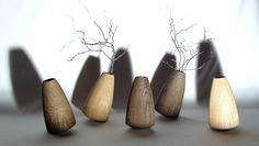 Natürlich wohnen: Das heißt nicht nur gesunde und formschöne Holzmöbel zu haben, sondern auch so tolle Holz-Accessoires wie diese Vasen. © Alexander Ortlieb