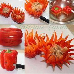 Blumen aus rote Paprikaschoten geschnitzt