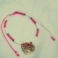 Pulsera Dulce corazón I Materiales: Herraje metálico tipo corazón, mostacilla checa, cordón rosa degradé Valor: $8.000